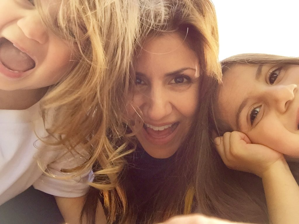 jill_simonian_the_fab_mom_toddler_daughters_selfie_smile_