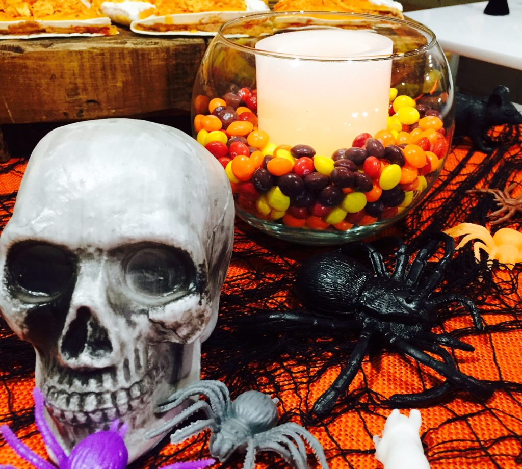 halloween-decoration-table-skittles