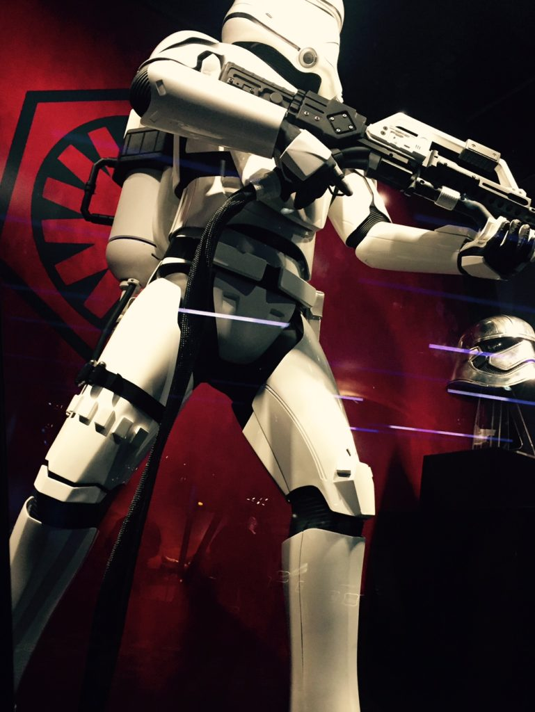 disneyland-star-wars-launch-bay-the-force-awakens-stormtrooper-replica