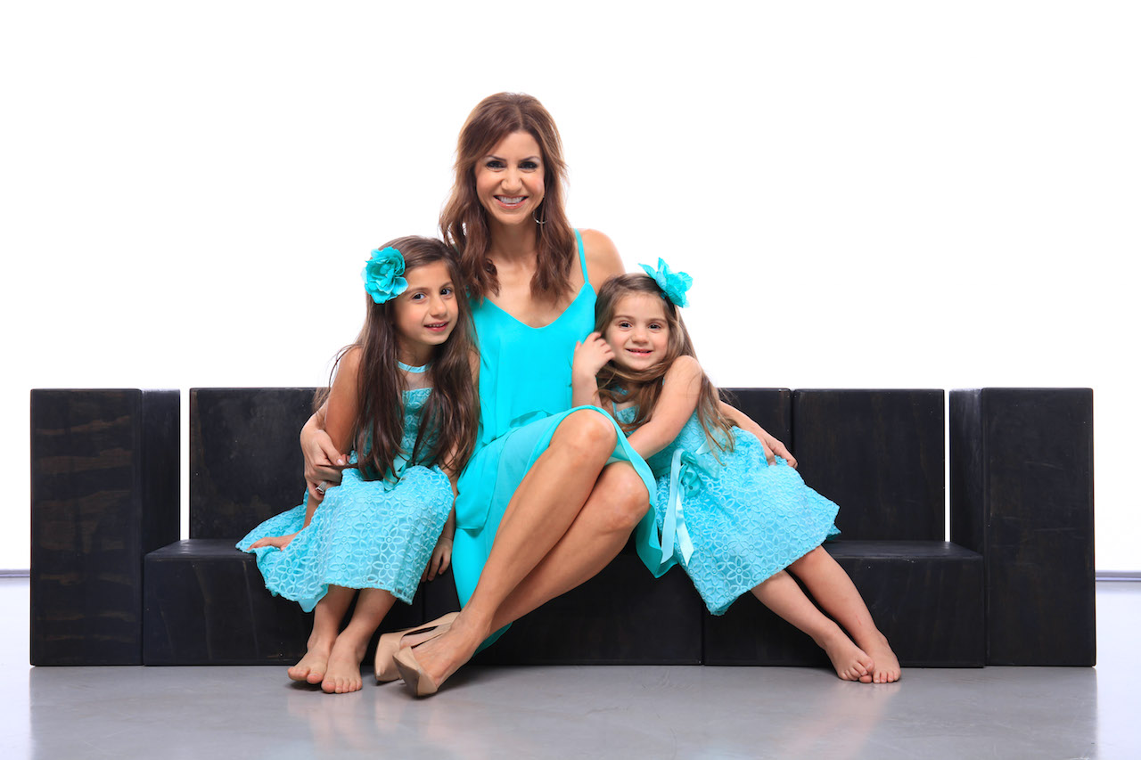 jill-simonian-mom-daughters-blink-studio-sofa