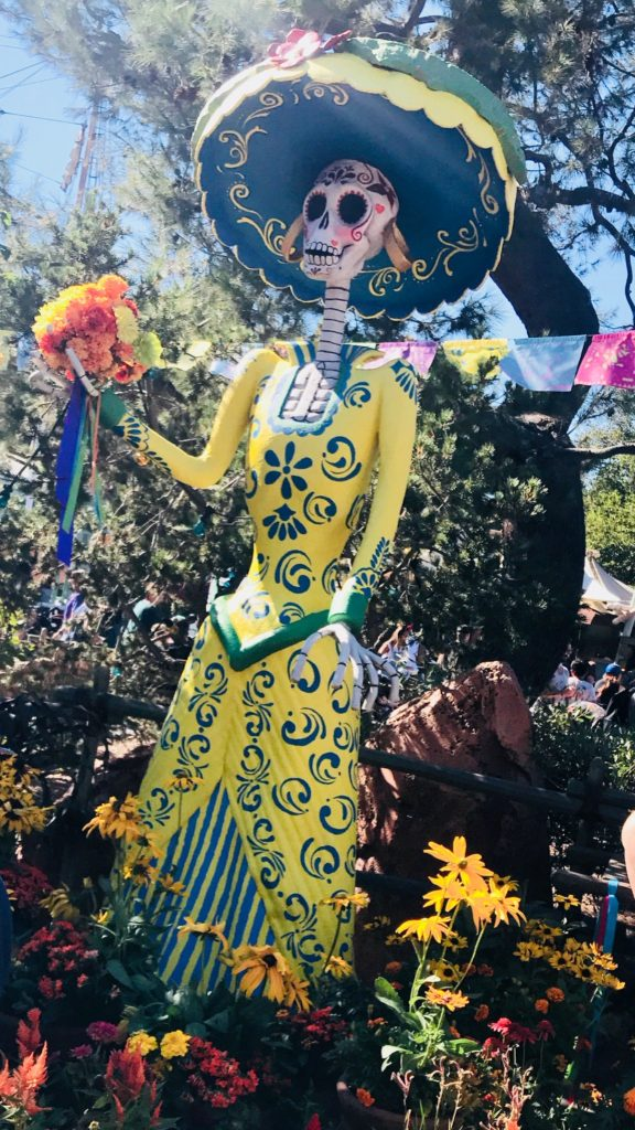 disneyland-decorations-halloweentime-coco
